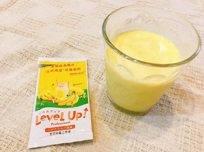 封を開けた途端、フレッシュなバナナの香りが広がります。 牛乳で溶かすとキレイな黄色になりました。 飲んでみるとバナナのまったり感と甘さを結構感じられます。 果物の中でもバナナって小さな子に人気があるので好まれそうな味わいになっています。 5つの味の中で最も甘みを感じられました。